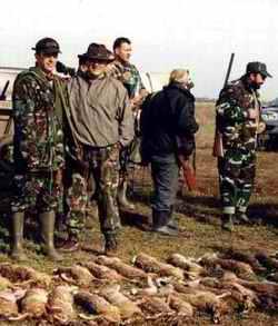 Autorul articolului si Dir. AVPS Vulturul, Cristian Macau, la o colectiva de iepure - Movilita 2004