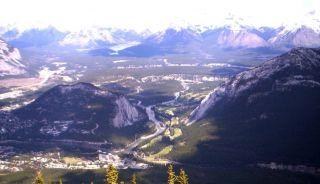 Bow Valley (Valea Arcului) şi orăşelul turistic Banff, vedere de pe Ash Mountain (Muntele Cenuşii) un-de se ajunge cu tele-fericul. În aceste văi trăiesc cerbi Wapiti, câteva zeci se pot vedea zilnic în deschiderile din partea dreaptă a râului care sunt de fapt terenul de golf